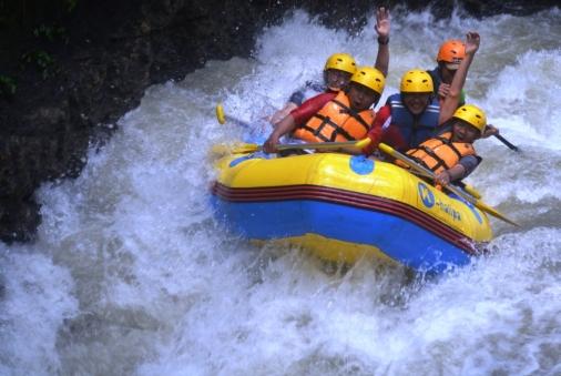Outbound di Bogor dengan aktivitas rafting / arung jeram