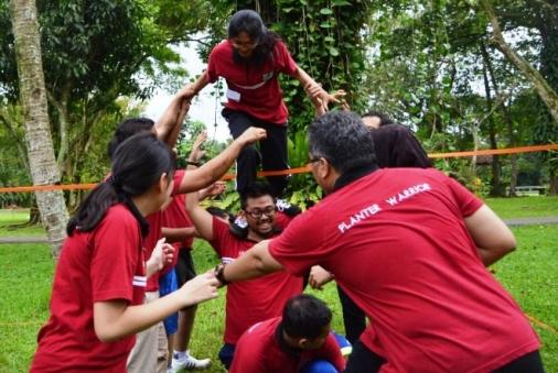 bangkitkan semangat kerjasama karyawan dengan kegiatan outbound  team building di puncak
